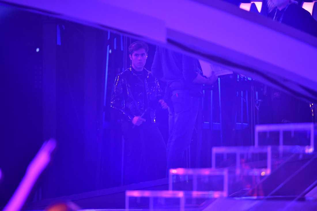 Benjamin vid sidan av scenen efter avbrottet.