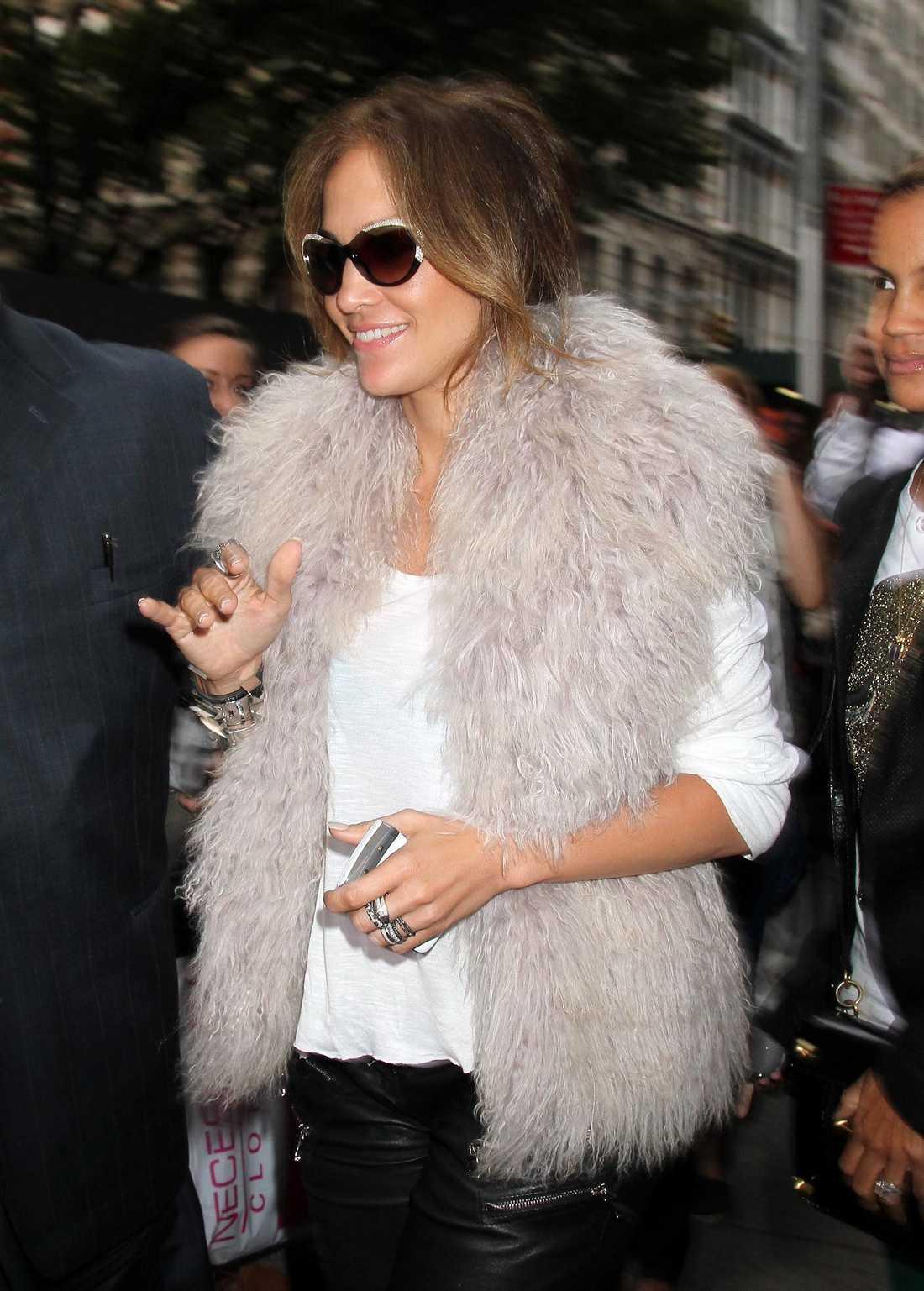 Den nyskilda Jennifer Lopez, 42, var utklädd till snöboll när hon rörde sig på New Yorks gator.