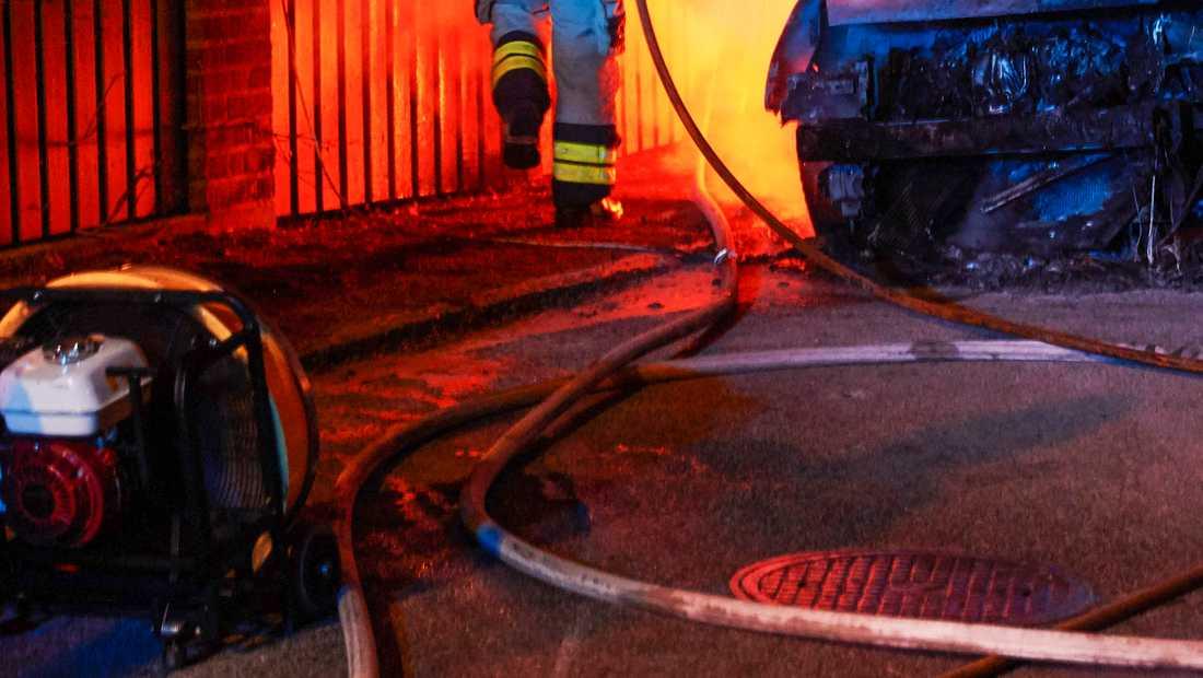 Flera bilar har brunnit i natt. Bilden är tagen vid ett tidigare tillfälle.