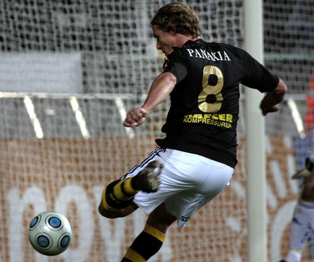 Här skjuter Daniel Tjernström guldet till AIK. Målet blev avgörande i guldfinalen mot IFK Göteborg
