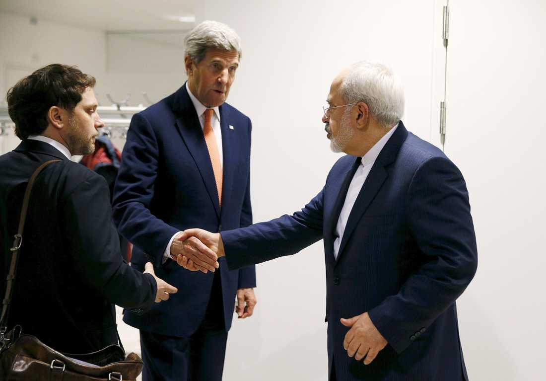 USA:s utrikesminister John Kerry skakar hand med sin Iranske kollega Mohammad Javad Zarif.