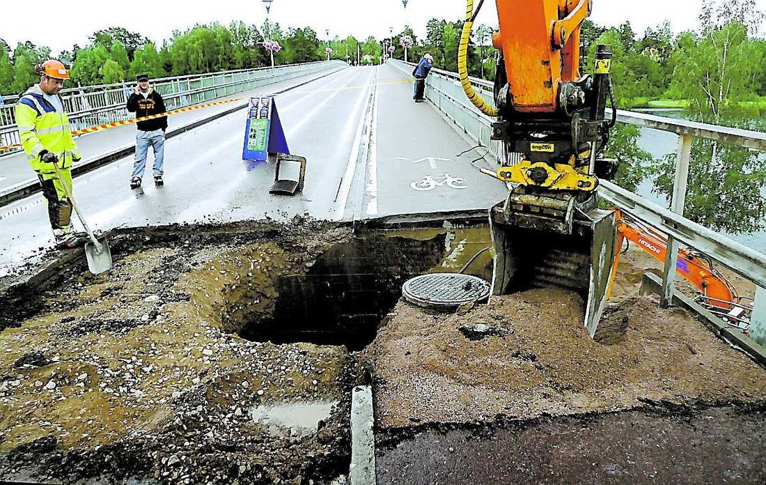 LEKSAND Leksandsbron stängdes av efter att delar av brofästet fallit bort.