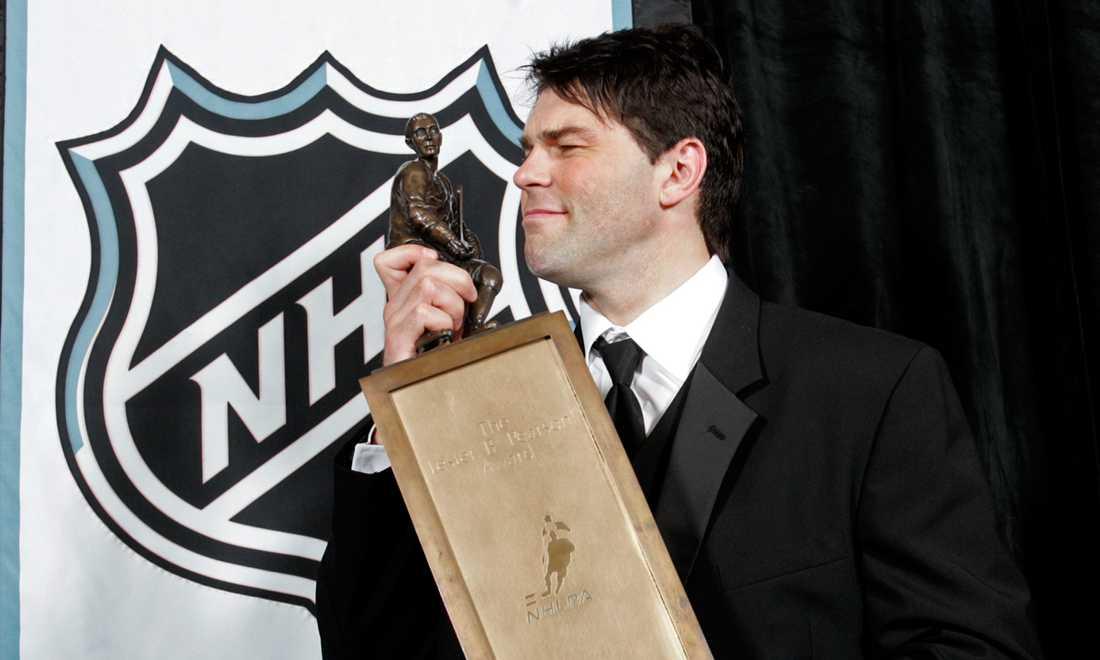 Den då 34-årige Jagr tar emot Lester B. Pearson Trophy (numera Ted Lindsay Award) i juni 2006 - priset som delas ut av spelarna till NHL:s bäste. Ett pris han vann även 1999 och 2000.