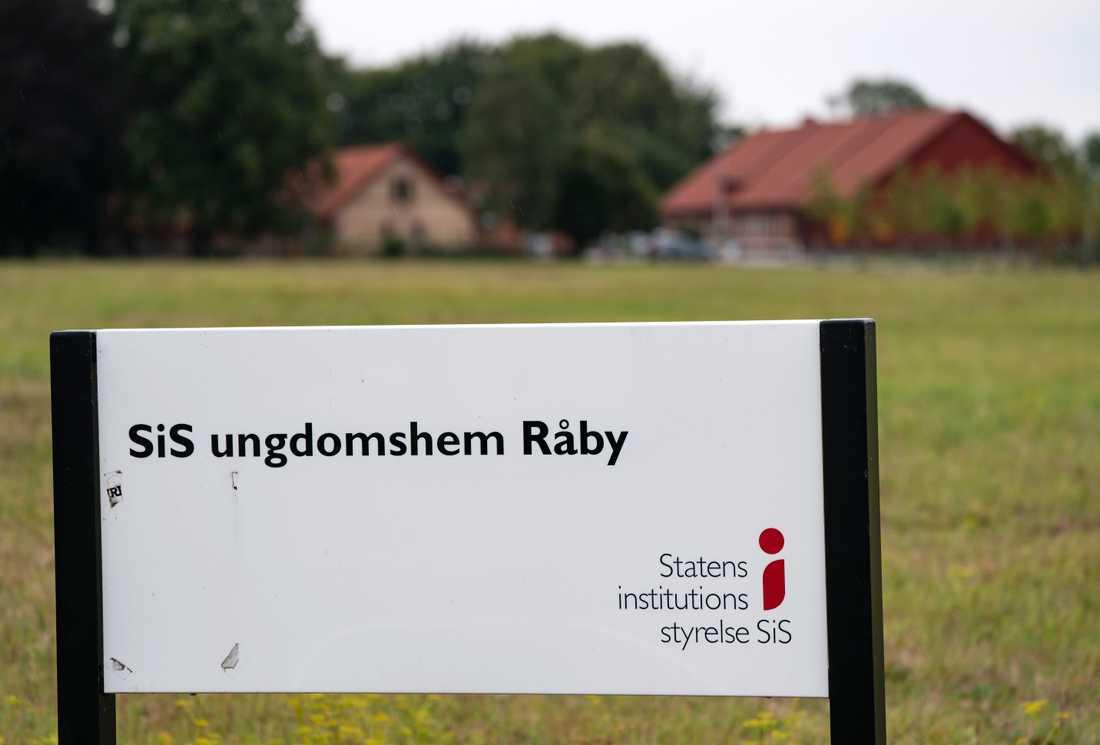 Infarten till ungdomshemmet Råby i Lund. Två unga män är sedan onsdagskvällen på fri fot efter en fritagning.