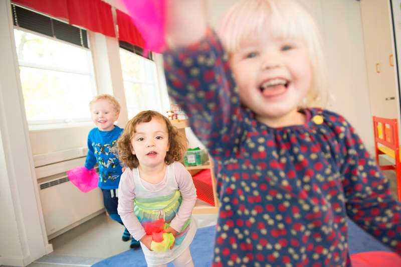 INGEN BARNLEK Arbetsbelastningen är hög för personalen inom barnomsorgen. De drabbas oftare av både psykisk och fysisk sjukdom. Men barnen på Lilla Björnens förskola i Stockholm trivs bra. På bilden syns barnen Hugo, 3, Emma, 2, och Sara, 3.