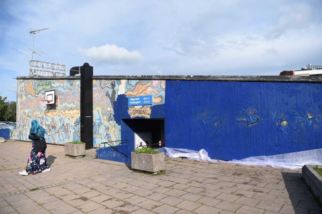 """Graffitiväggen """"Highway"""" i Rågsved, som av misstag bitvis målades över 2019, kommer att stå kvar. Men frågan är vad man ska göra åt den förstörda delen. """"Jag tycker att man borde restaurera den på samma sätt som man skulle ha gjort med en kyrkmålning, det är det enda sättet att bevara den"""", säger konsthistorikern Jacob Kimvall. Arkivbild."""