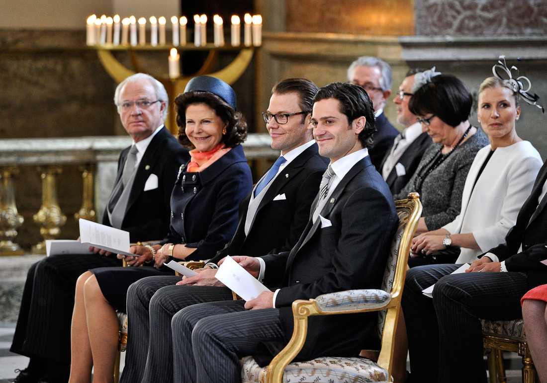 Kungen, drottningen, Daniel och Carl Philip på första parkett i Slottskyrkan.