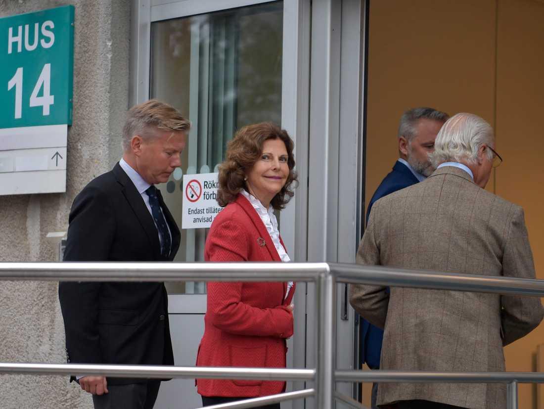Kungen och drottningen anländer till Danderyds sjukhus.