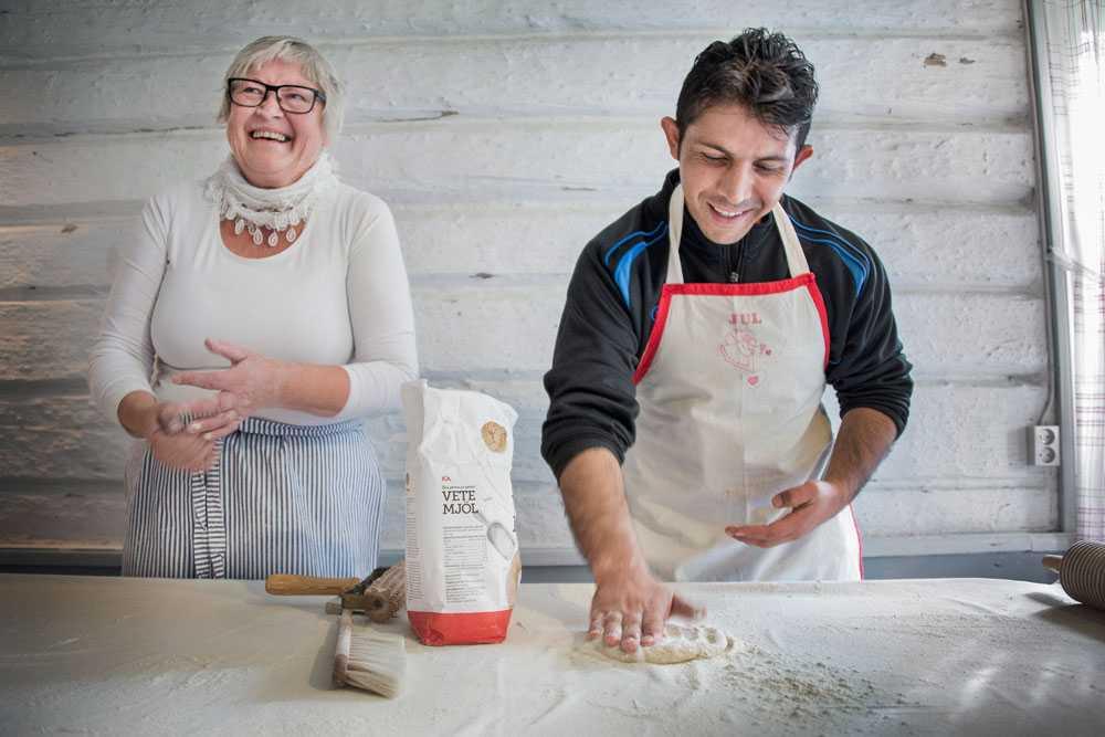 Aktivitetshelg i Välden med internationell byfest på kvällen. Anita Nilsson lär Qadir Zakery från Afghanistan att baka tunnbröd.