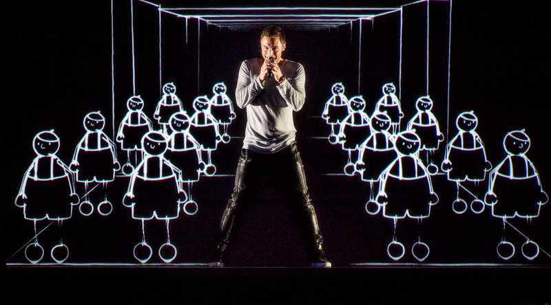 """Seden bjuder att Måns Zelmerlöw kommer att framföra vinnarlåten """"Heroes"""" när Eurovision song contest går av stapeln i Sverige nästa år. Men han vill även göra ett shownummer för att visa sin bredd, enligt uppgifter till Nöjesbladet."""