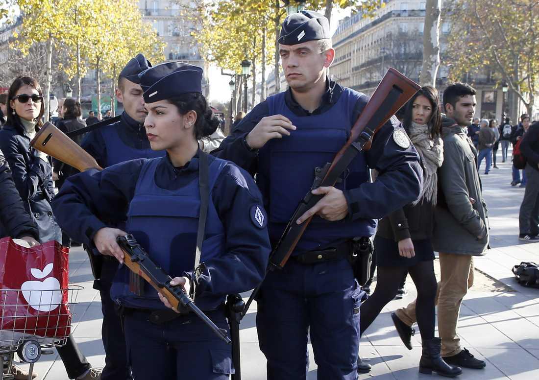 Fransk polis patrullerar vid Monument a la Republique.