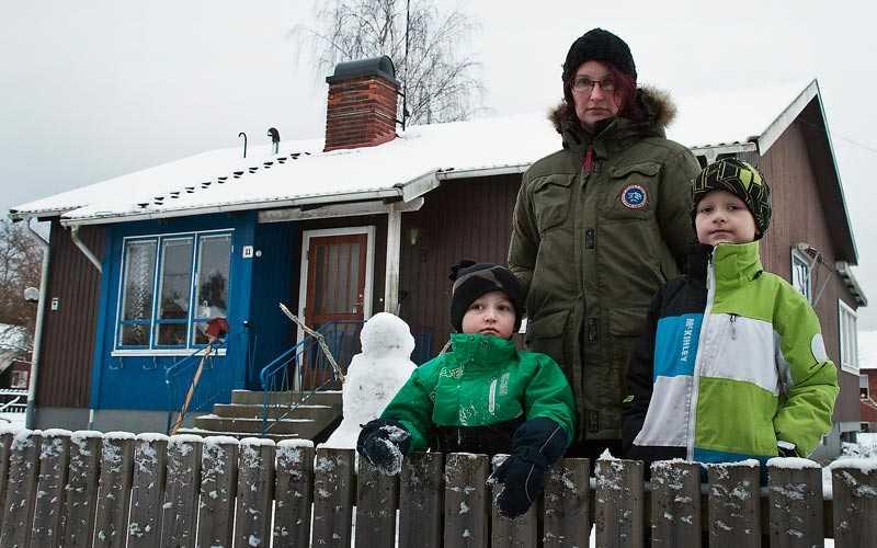 """Mindre i plånboken För två år sedan flyttade Rebecca Elmqvist, sambon och de tre barnen in i huset i Kalmar, med lån på omkring 1,3 miljoner kronor. """"Då var det väldigt låga räntor. På två år har månadskostnaden höjts med 2000 kronor"""", säger hon."""