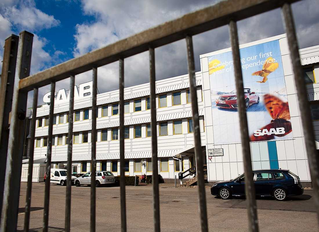 TOMMA FABRIKER Produktionen på Saabs fabriker står stilla och företaget är på ruinens brant. Vladimir Antonov kan rädda företaget, men först måste han godkännas av Europeiska investeringsbanken, där Anders Borg är styrelseledamot. Men finansministern verkar inte göra något för att rädda Saab.