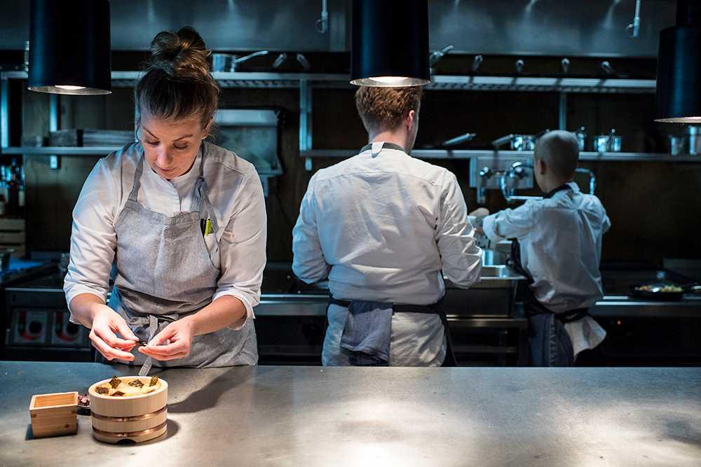 Frida Ronge lagar mat