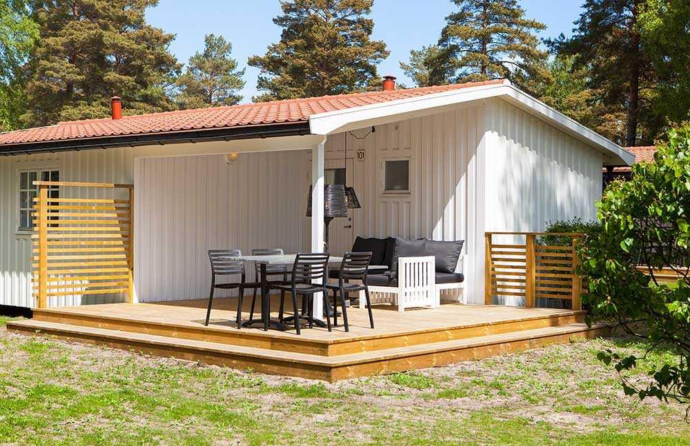 Välj mellan stuga, tält eller husvagn på Böda Sand Camping.