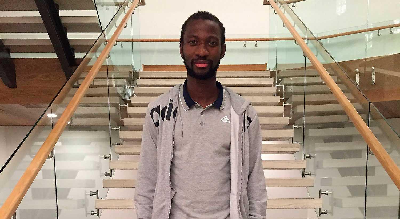 Utmanas Amadou Jawo ska spela tennis mot Sportbladets reporter Oskar Månsson om han inte gör minst tio mål. Förloraren skänker 5 000 till välgörenhet.