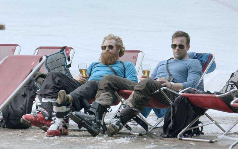 "Kristofer Hivju och Johannes Bah Kuhnke tar en after ski-öl i ""Turist""."