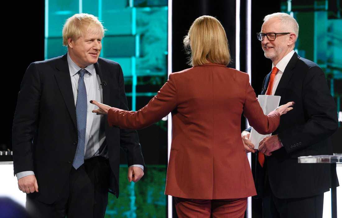 Tories ledare Boris Johnson och Labours partiledare Jeremy Corbyn (höger) möttes i en tv-sänd debatt, ledd av journalisten Julie Etchingham i tv-kanalen ITV. Debatten hölls i Salford, Manchester i England.