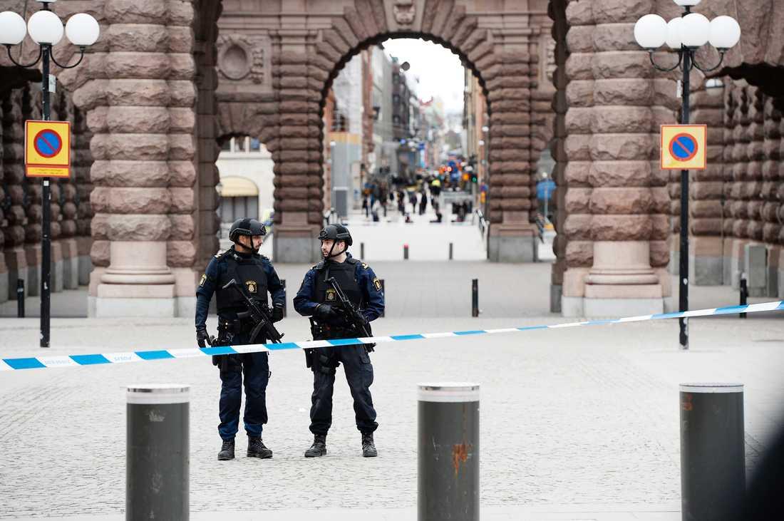 Polisbevakning utanför riksdagen.