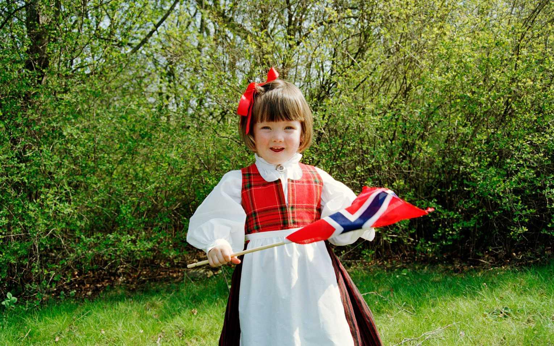 Pompa ståt, flaggor och sång. Därför firas 17 maj i Norge.