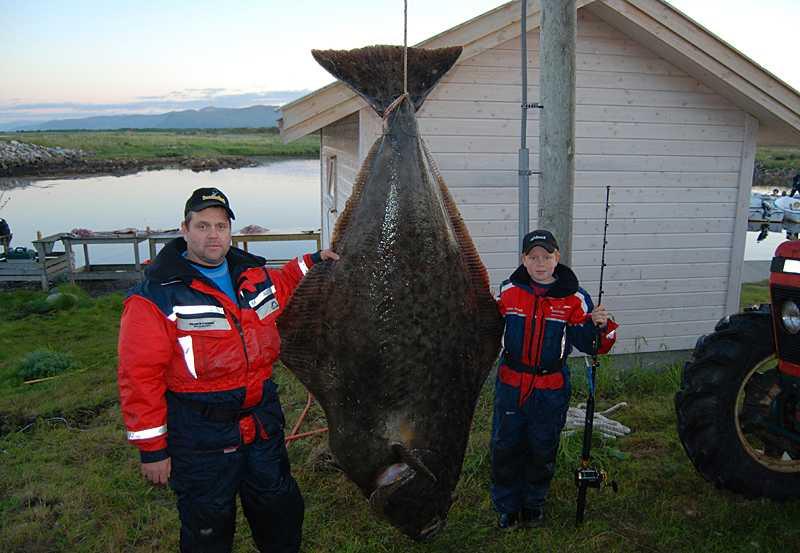 Pappa Johan och Johannes på var sin sida om jättefångsten. Klicka på bilden för större fisk.