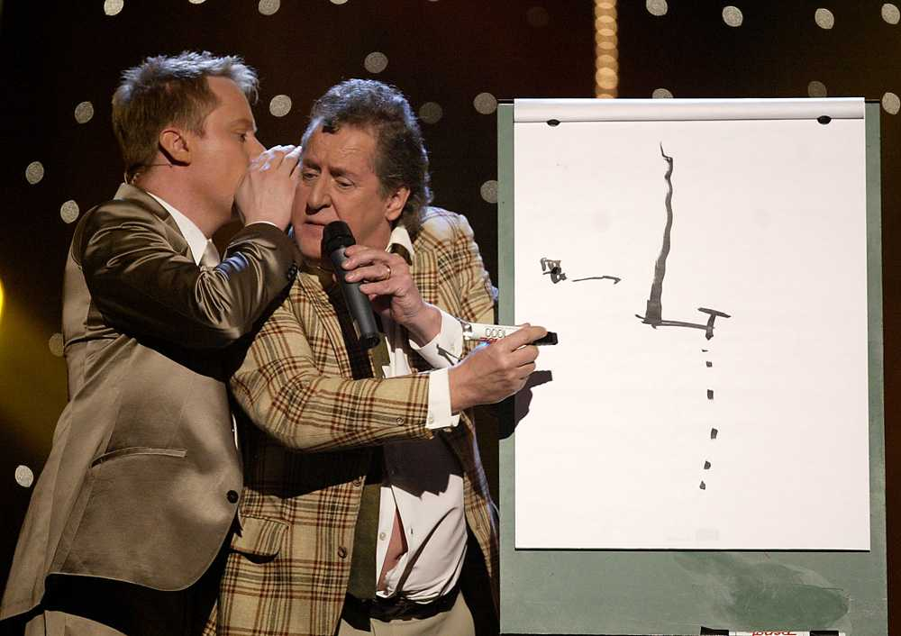 2004 Och två år senare var det dags för ännu en institution i SVT. I Melodifestivalen 2004 dök Lasse Brandeby upp som - just det - Kurt Olsson. Här tillsammans med Peter Settman.
