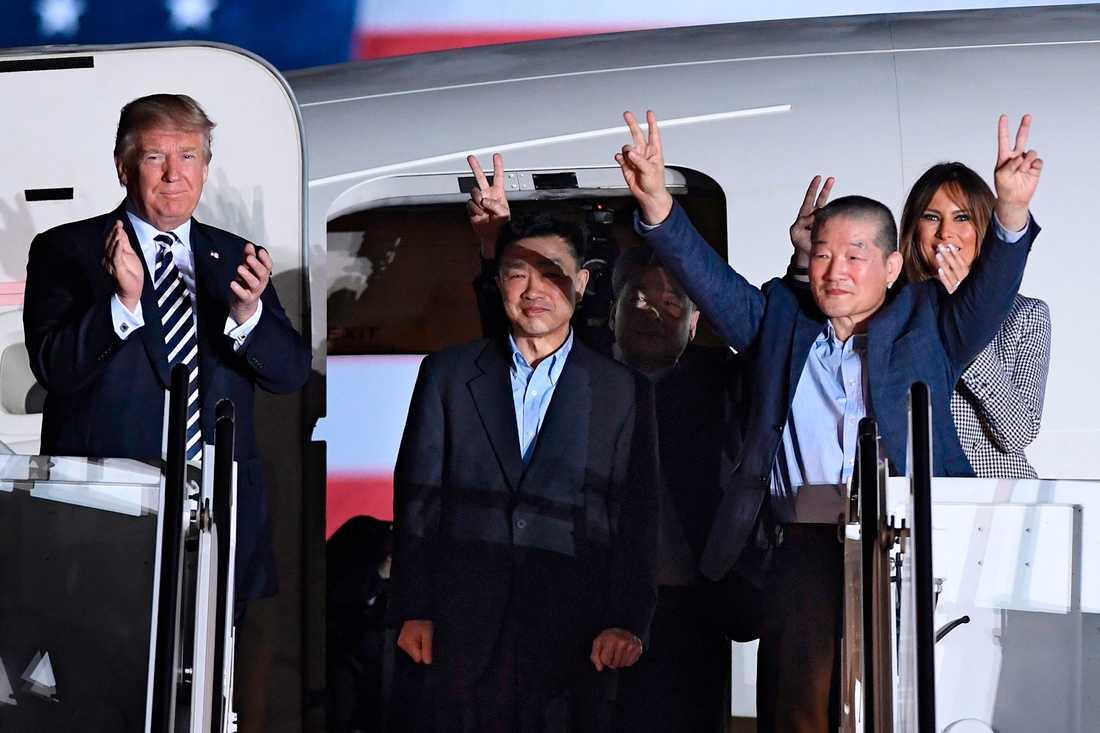 USA:s president  Donald Trump välkomnar Kim Dong-chul, Kim Hak-song och Tony Kim när de landar  på amerikansk mark.
