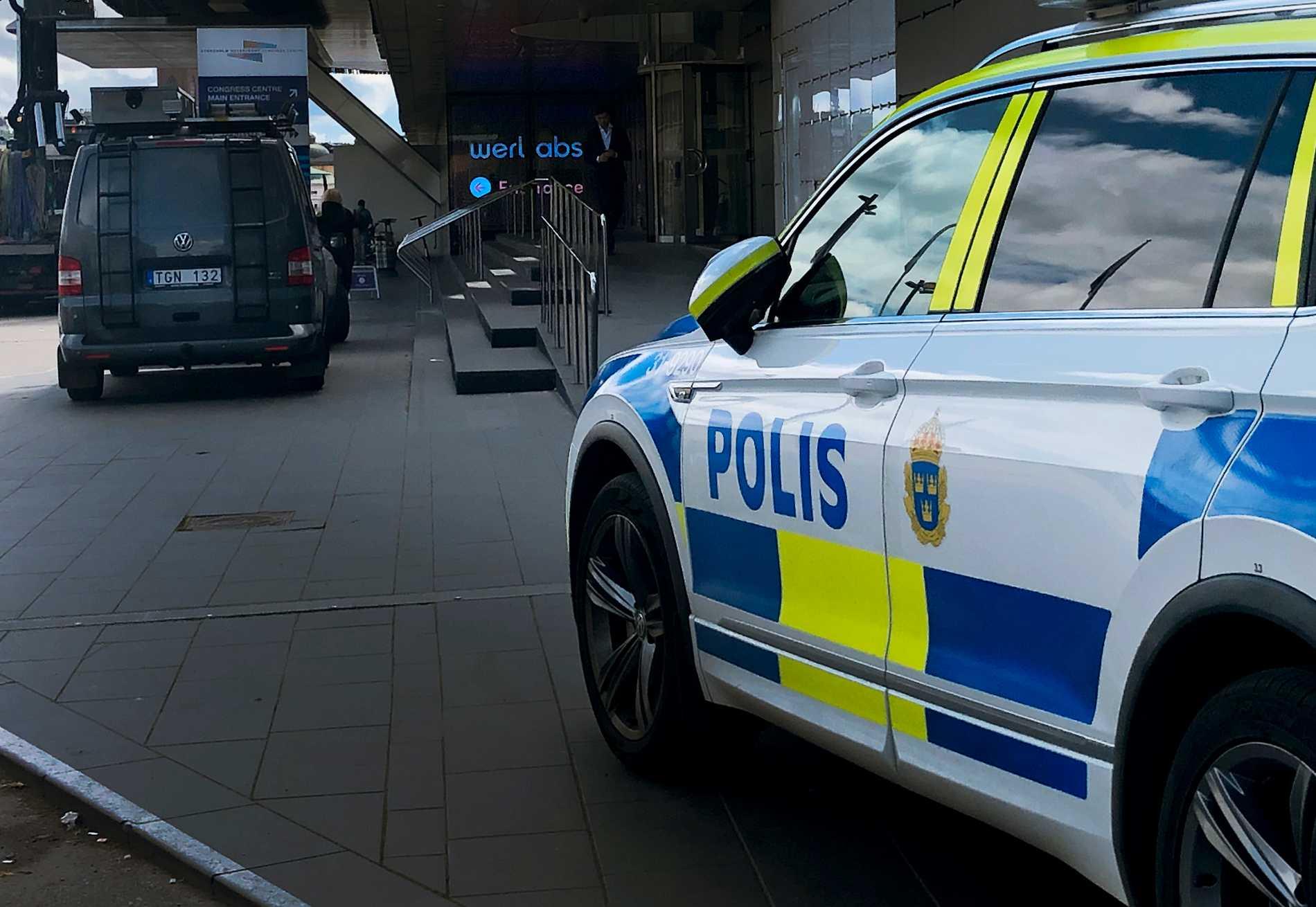 En kvinna hittades död på Norrmalm i centrala Stockholm strax innan klockan 03 under natten mot onsdagen.