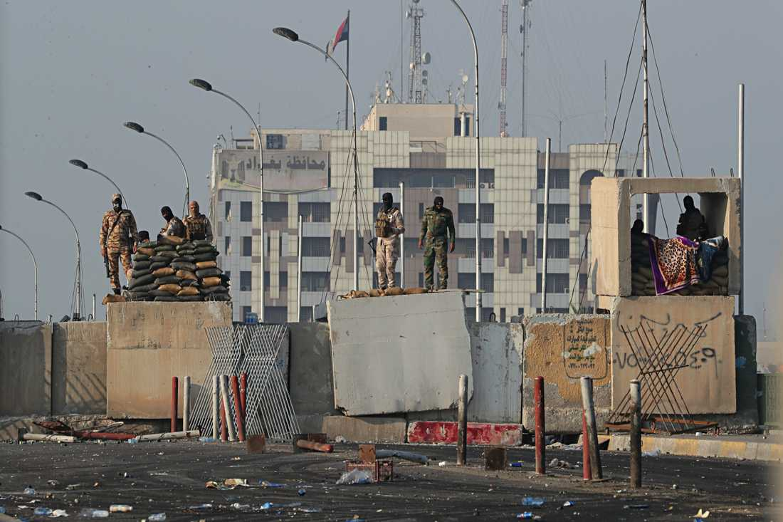 Irakiska säkerhetsstyrkor vid bron al-Sanak som går till Gröna zonen under en protest i Bagdad.