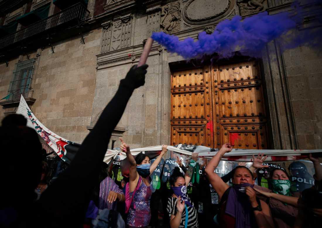 Demonstranter utanför nationalpalatset i Mexico City under söndagen.