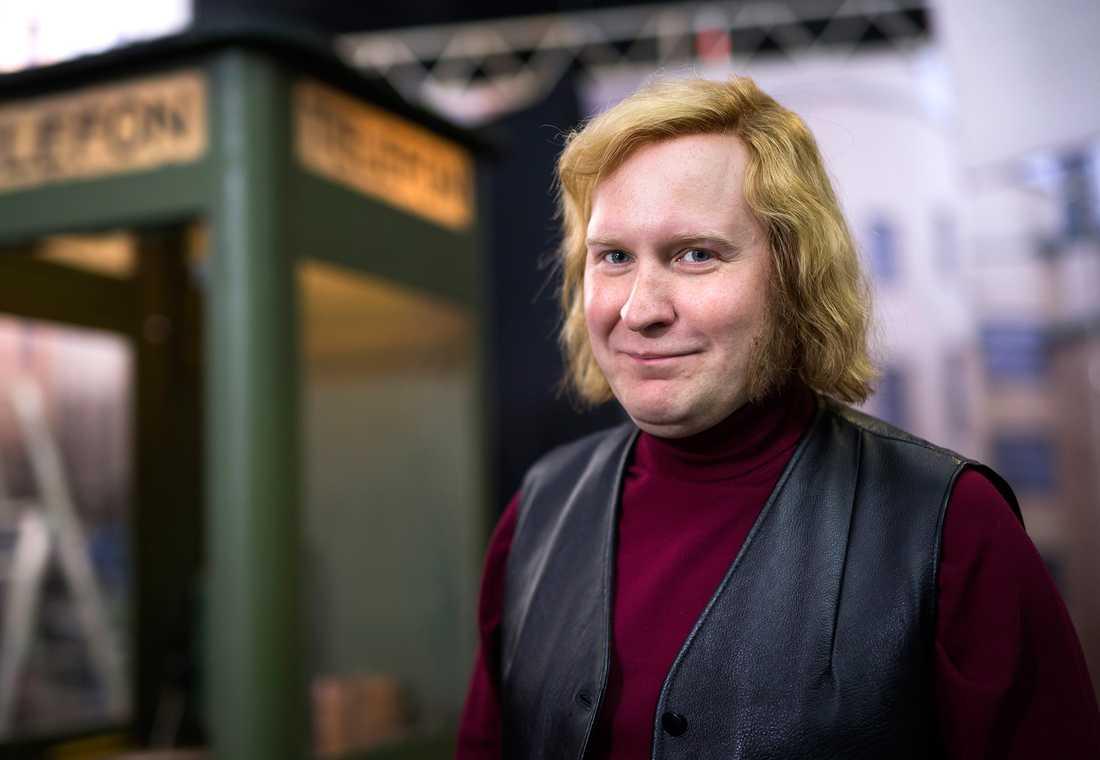 """Komikern och skådespelaren Henrik Dorsin, 37, gör en av huvudrollerna i Ulf Malmros och Jaana Fomins kommande tidsresefilm """"Flykten till framtiden"""". Den spelas just nu in i Trollhättan."""