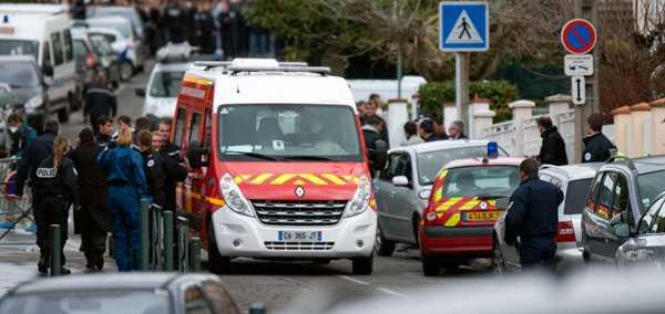Polis och räddningspersonal samlade utanför den judiska skolan i Toulouse där en person öppnade eld och dödade minst fyra personer under måndagsförmiddagen.
