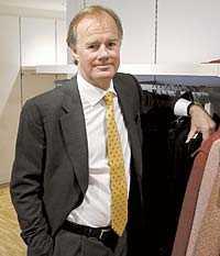 """Leder inkomstligan H&M-chefen Stefan Persson tjänar i särklass mest i Sverige, tre gånger mer än nummer två på den nya inkomstlista som Aftonbladet publicerar i dag. Men av de 1,1 miljarderna är """"bara"""" 3 miljoner klädkungens lön, resten är kapitalinkomster."""