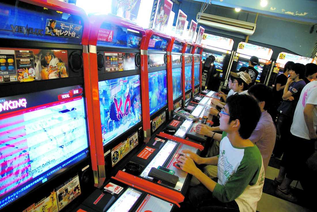 Dussintals exemplar av de populäraste spelen radas upp för att framkalla besökarnas tävlings-instinkter.