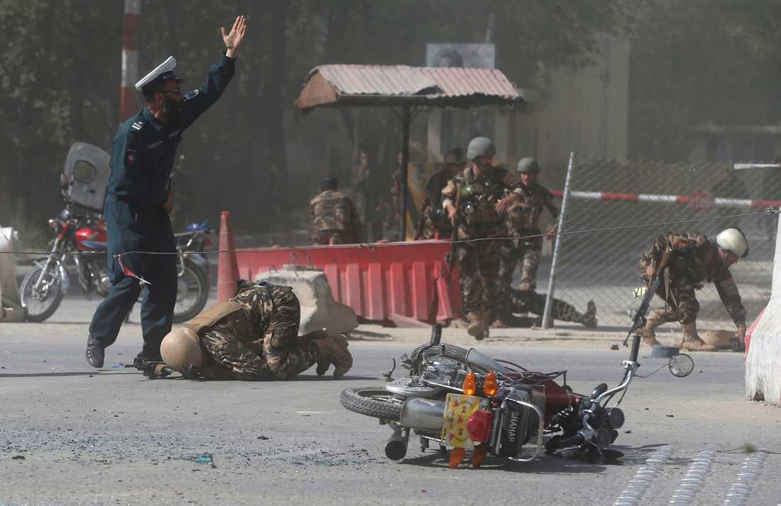Soldater springer mot platsen för en dödlig attack i Kabul i måndags. Dådet riktades mot journalister.