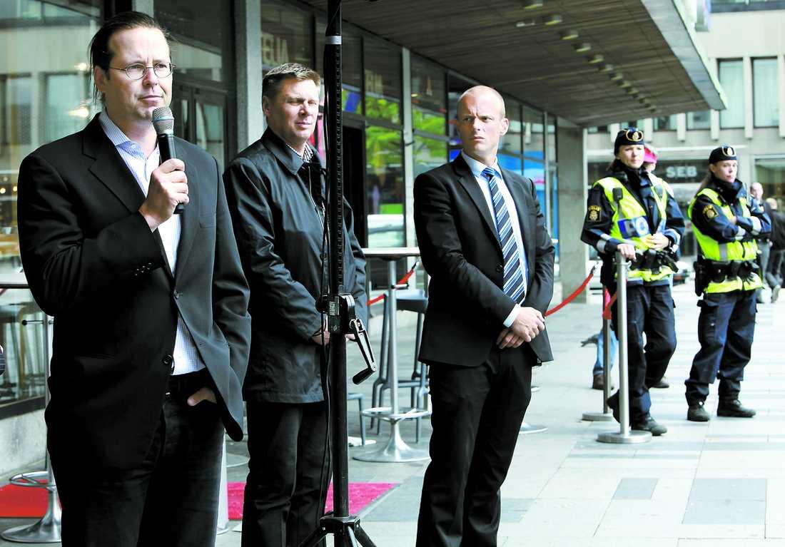 TAR DET MED RO Anders Borg ser själv obekymrat på händelsen i Regeringskansliets garage – men det gör inte Säpo. I går höll han torgmöte tillsammans med Carl Bildt, Säpo och uniformerad polis.