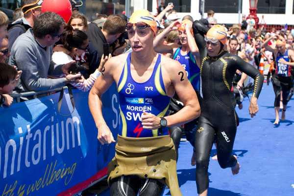 Som vanligt var Nordén inte först upp från simningen, men trots magsjukan låg hon med långt framme.