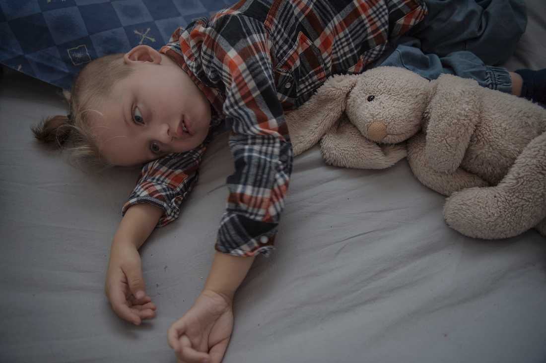 Cimon, 4, är är svårt hjärnskadad och kan inte göra något alls själv. Men nyligen minskade Försäkringskassan hans assistansersättning med åtta timmar per dygn.