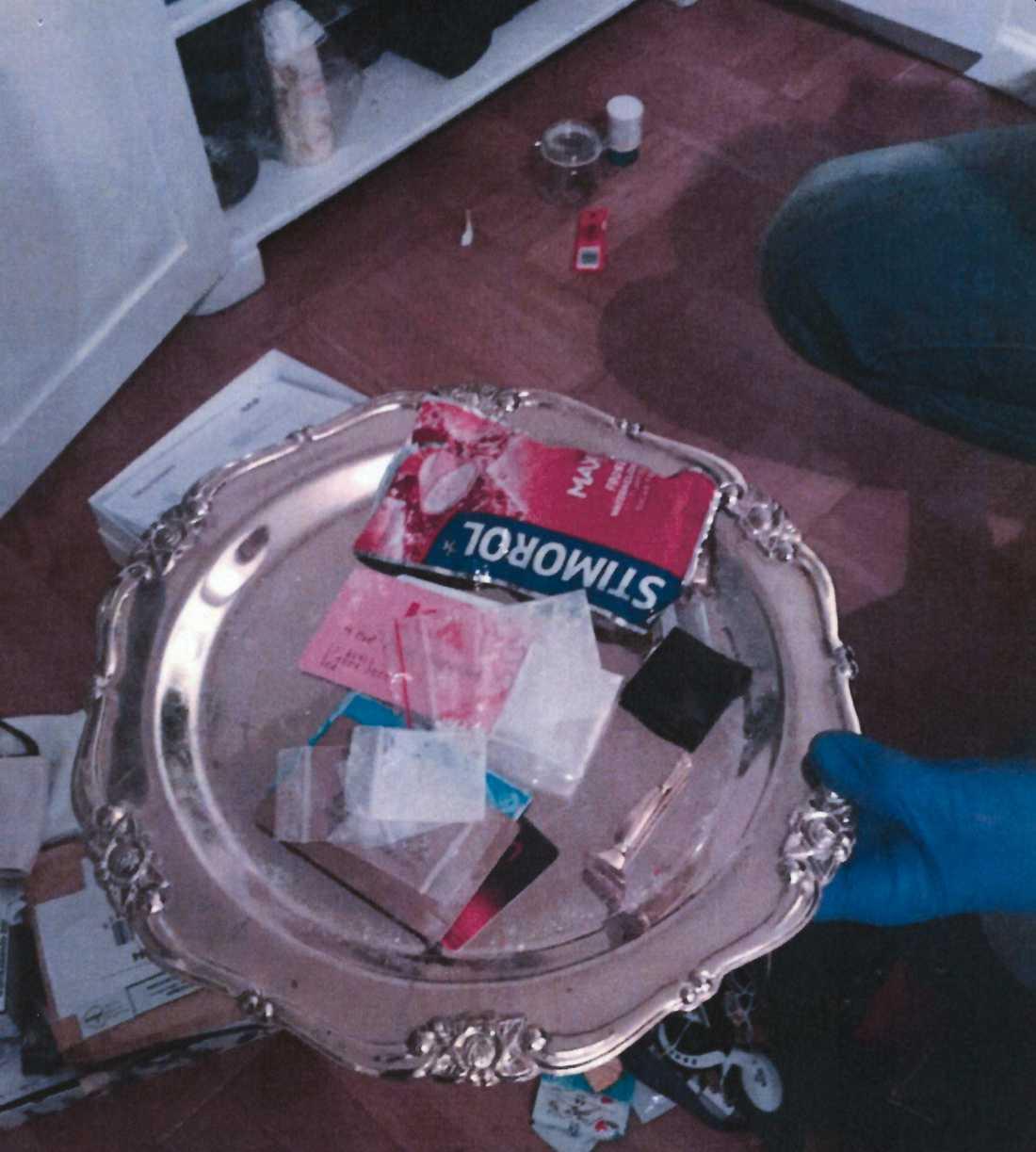 I ett skåp i vardagsrummet hittade polisen en bricka med narkotika och snortrör.