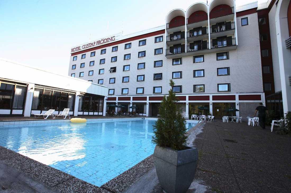 Hotell Gustaf Fröding i Karlstad bombhotades i går. Polisen kopplar hotet till att artisten Peter Jezewski avbokades.