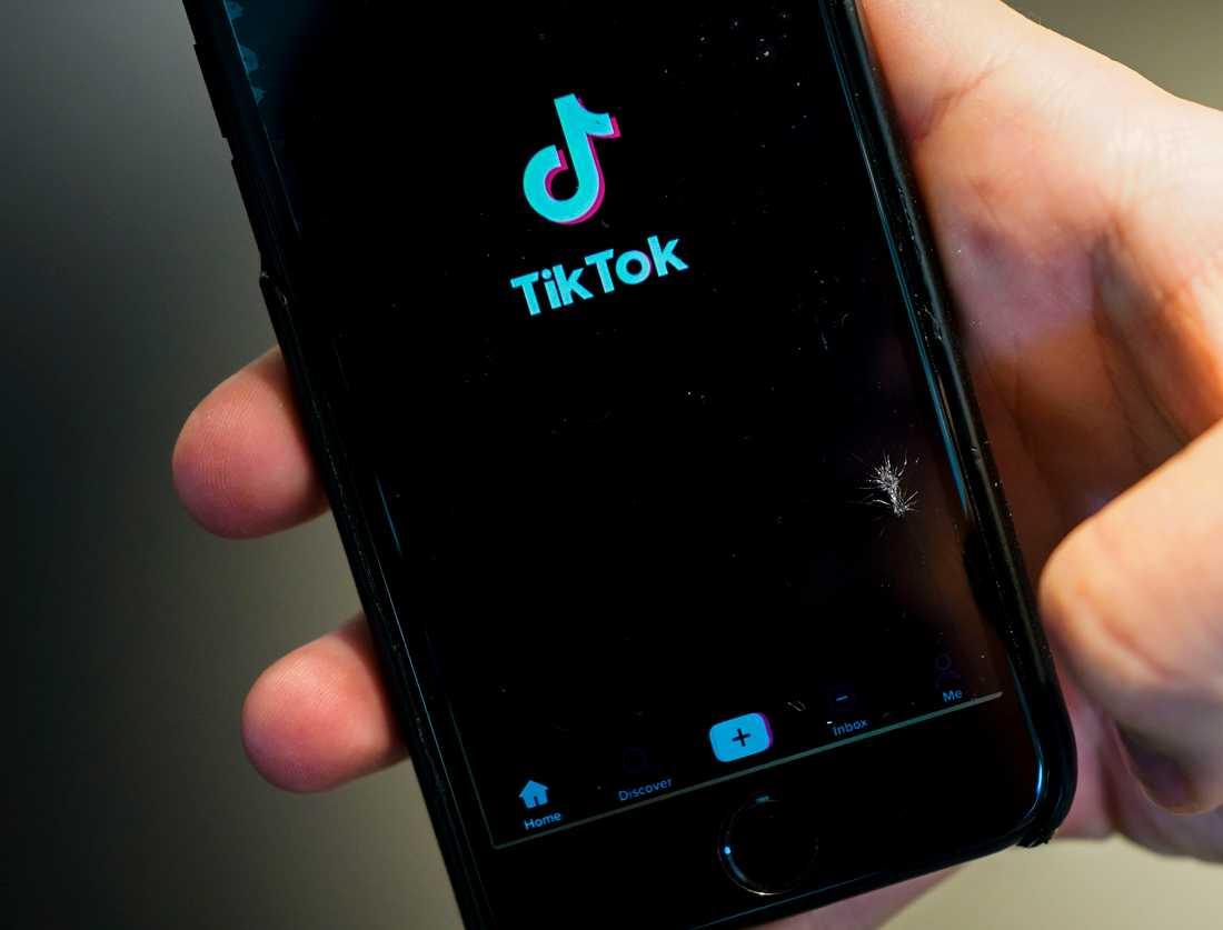 Tiktok varnar för en video som cirkulerar på appen. Videon visar hur man tar livet av sig och Tiktok har svårt att stoppa klippets framfart.