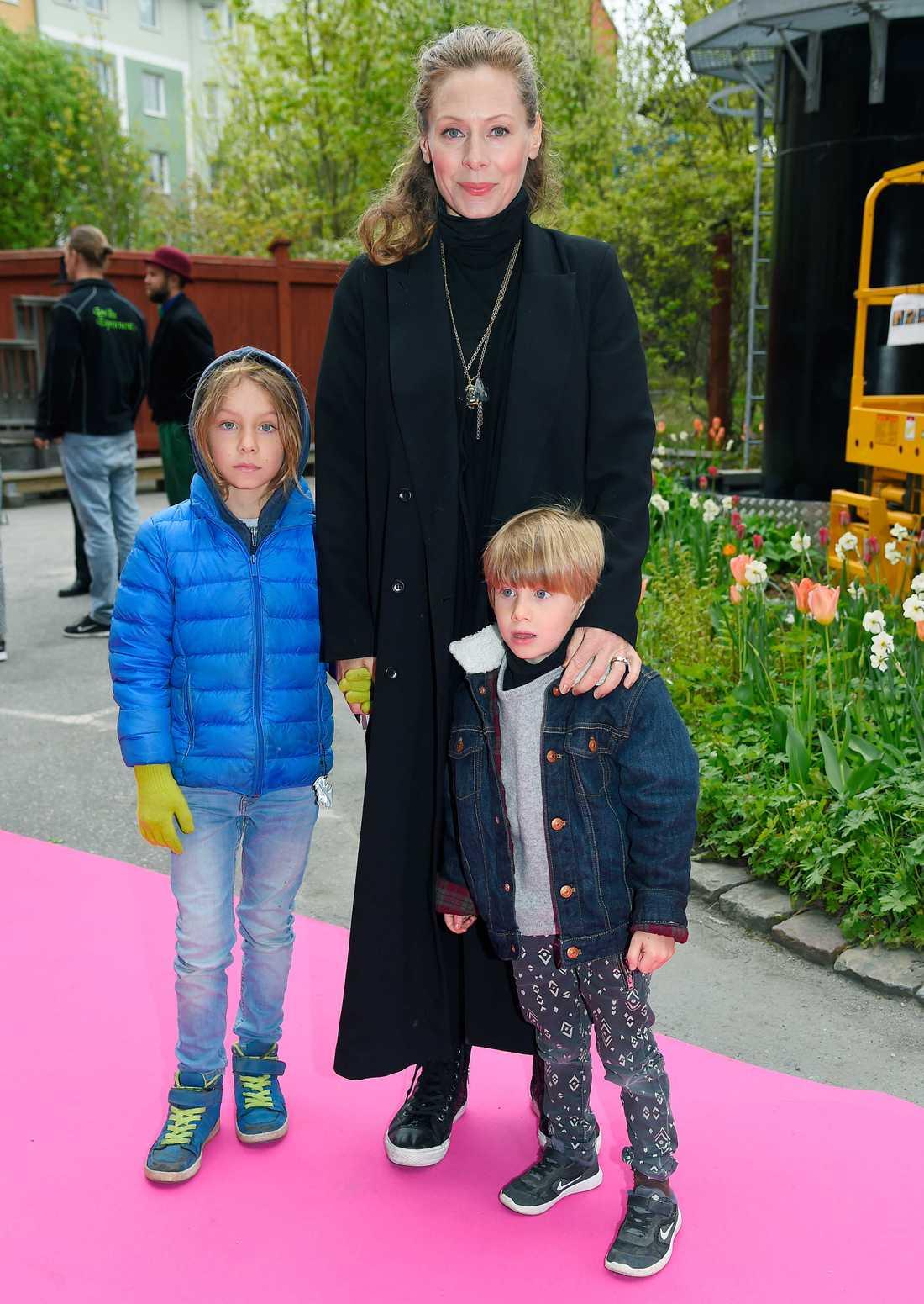 Eva Röse med sönerna Flynn och Florian.