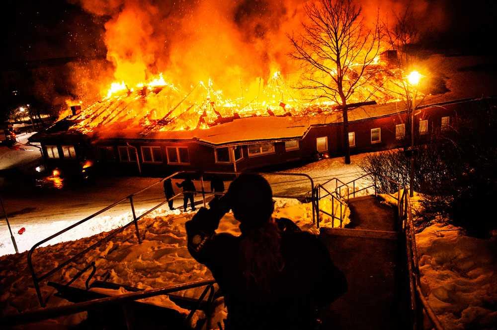 En brand utbröt i natt i Rissneskolan i Sundbyberg, norr om Stockholm. Elden ska ha spridit sig till taket från en brinnande bil som stod parkerad nära skolbyggnaden.