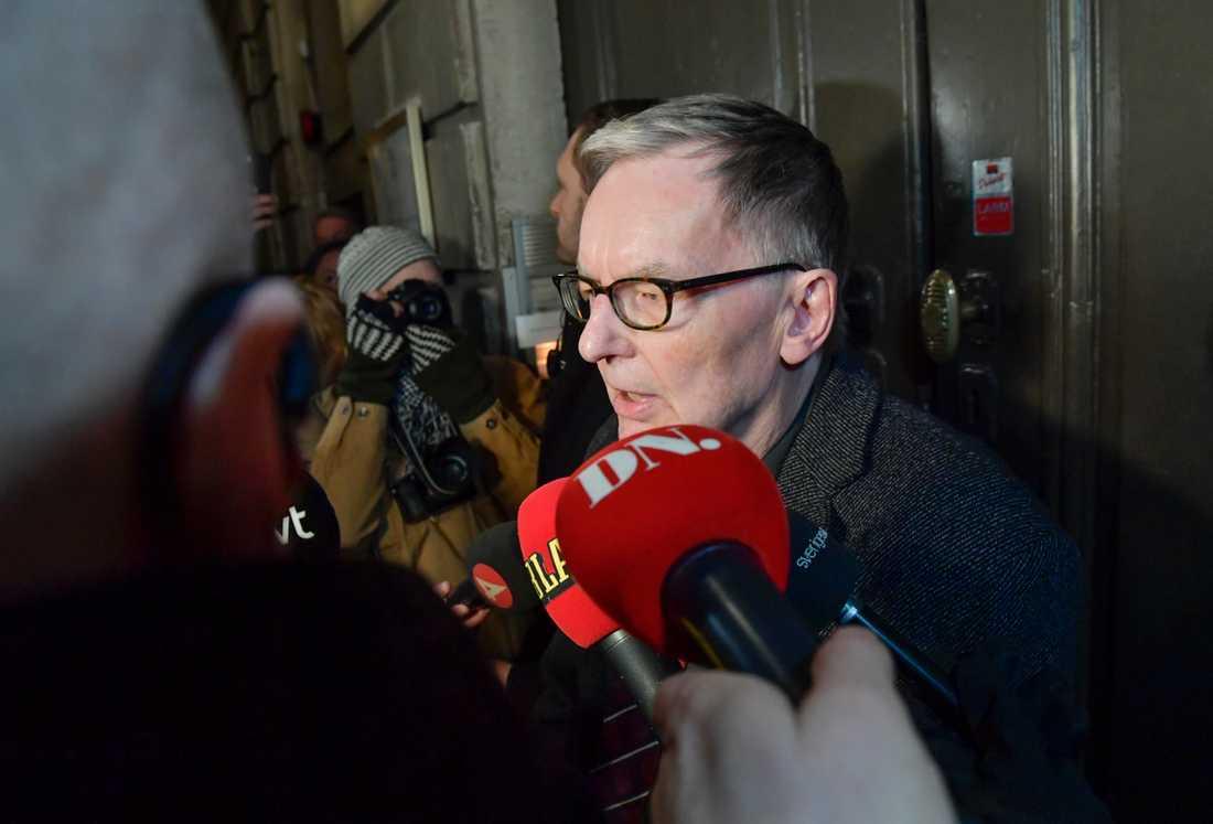 Akademiledamoten Anders Olsson lämnade kommentarer till pressen efter mötet.