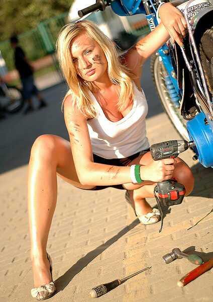 Polska speedwayklubben Wlokniarz vill ha fler kvinnor på läktarna och lockar med stringtrosor. Här syns Miss Speedway för juli månad.