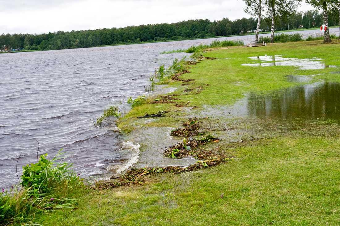 Vattnet från översvämningen i Mariannelund och som rinner förbi det tidigare drabbade Lönneberga börjar nu nå sjön Hulingen.