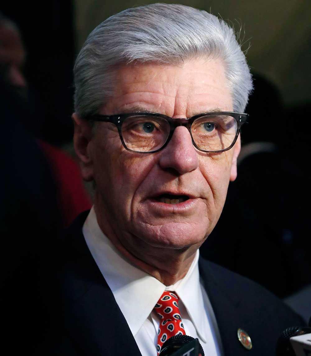 """Mississippis guvernör Phil Bryant har skrivit under en ny lag, en så kallad """"hjärtslagslag"""", som förbjuder aborter efter vecka sex."""