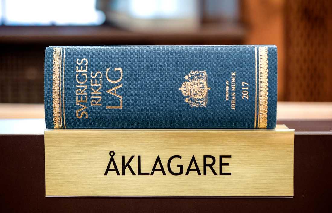 En man åtalas i Borås för att ha med hot ha förmått en flicka att posera naken via webbkamera. Arkivbild.