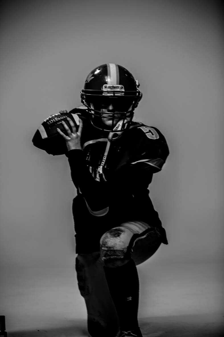 Erica Mörk, quarterback 16 år, från Stockholm. Spelade handboll i nio  år innan hon gick i broderns  fotspår och började med amerikansk fotboll. Har spelat för Arlanda Jets  i två år.
