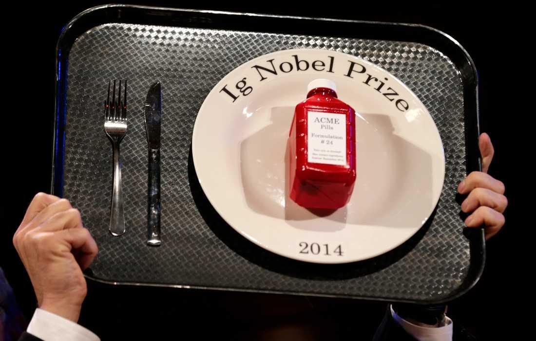 Sedan 1991 delas humorpriset Ig Nobel ut vid en uppsluppen ceremoni vid Harvard University i USA. Enligt prisjuryn ska mottagarna utfört forskning som först lockar till skratt, sedan stämmer till eftertanke. På bilden en lycklig pristagare under 2014 års ceremoni.